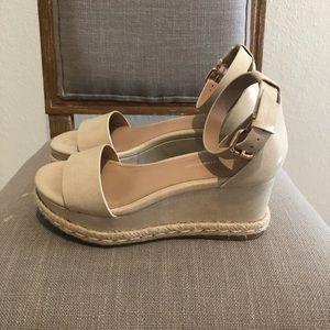size 7 BCBG Generation platform sandal